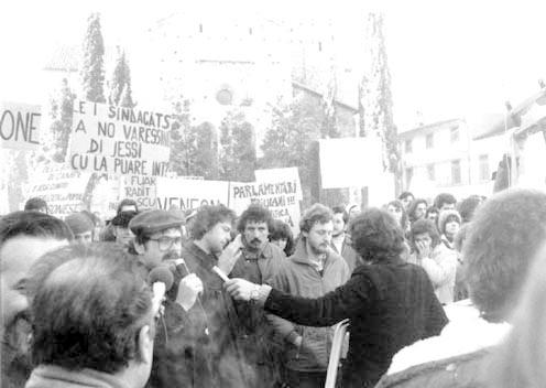 Amato De Monte (tal mieç, vistût di scûr e cu lis mostacjis) intune manifestazion dopo dal taramot dal 1976 li de prefeture di Udin (foto di Mauro Tosoni)