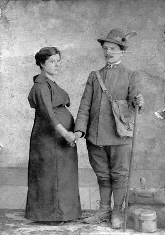 Une femine che e salude il so om soldât (par concession dal Archivi Tessaro di Buie, che  o ringraziìn pe colaborazion)